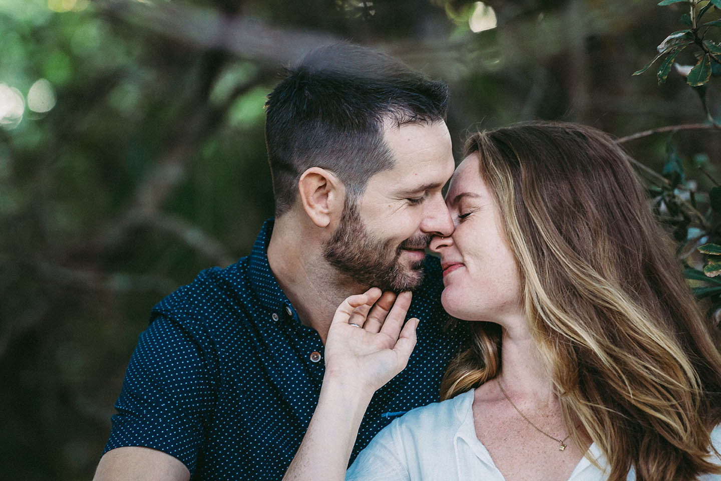 Engagement Photography - couple embrace in tree