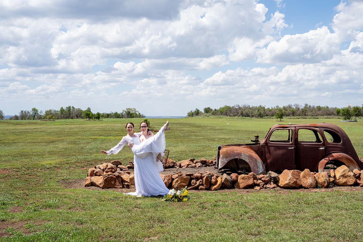 Wedding Photography - Bides in front of rustic car
